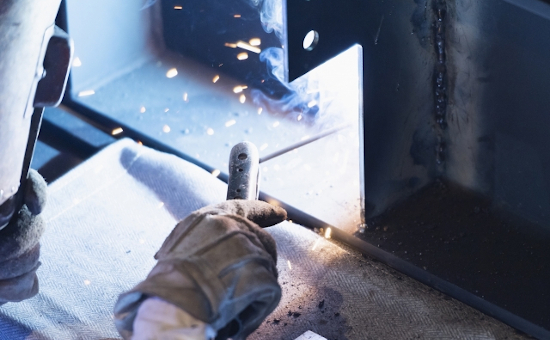【正社員登用制度あり】部品の組立・溶接作業など/日勤専属